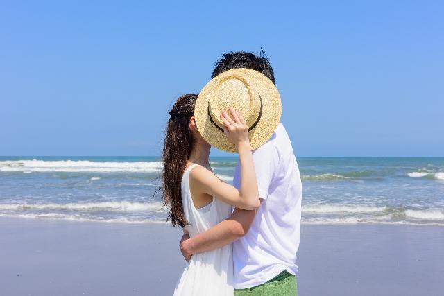 浜辺で2人キス